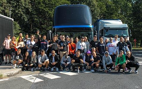 Gruppfoto över Coretours resenärer med buss till Tomorrowland